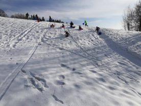 Stavba igloo na lyžařském kurzu